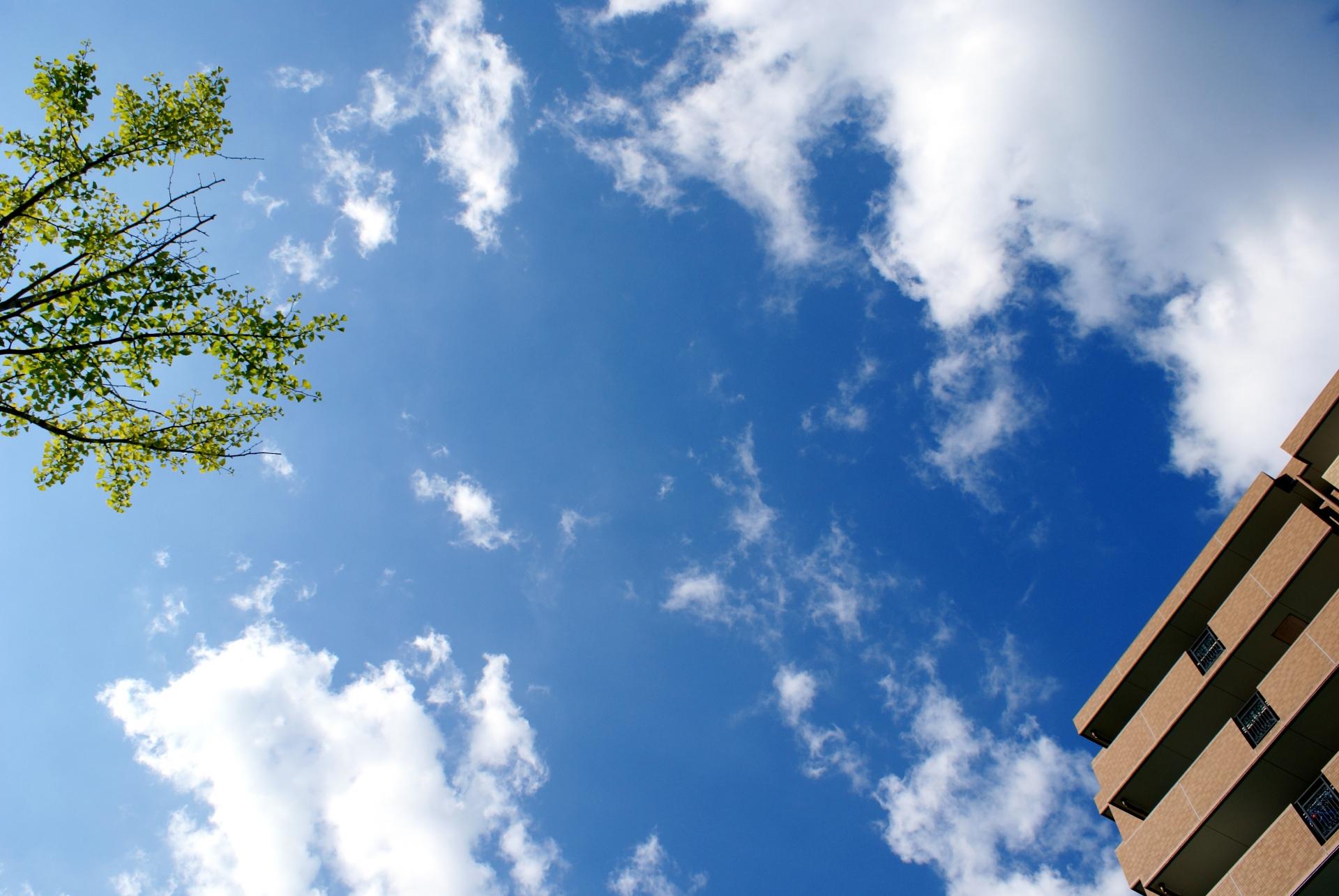 マンションと空の写真