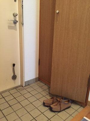 玄関収納前においた靴が邪魔になる例