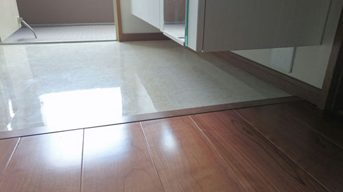 玄関収納フロートさせ足元に空間を空ける