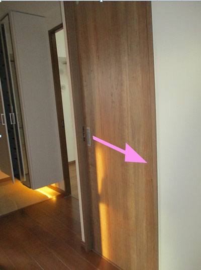 マンションのトイレのドアを引き戸にリフォームした写真
