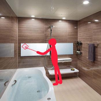 お風呂の横長の鏡の掃除で柄付ブラシを利用する