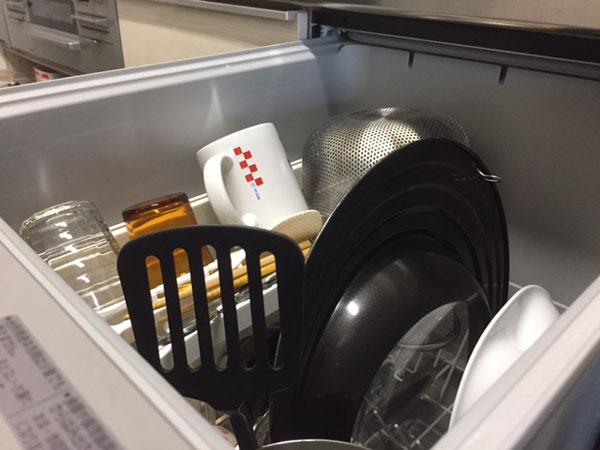 シエラ深型食洗機に食器や調理器具を入れた様子