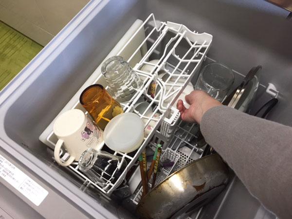 Panasonic食洗機NP-45RE6WJGのすき間から下段に食器を入れる様子