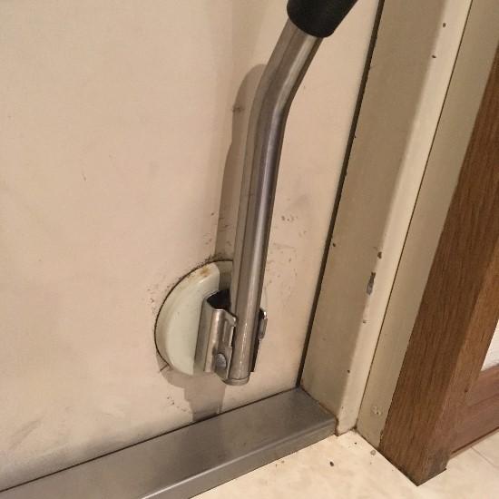 築20年マンション 薄汚れた玄関のドアストッパー