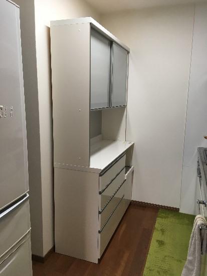 キッチンに搬入されたパモウナ食器棚の全体像