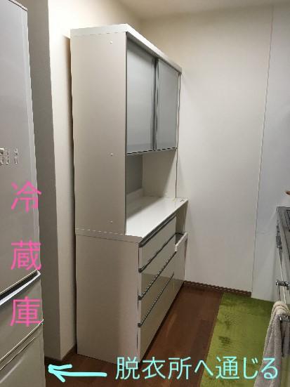 側面が丸見えのパモウナ食器棚
