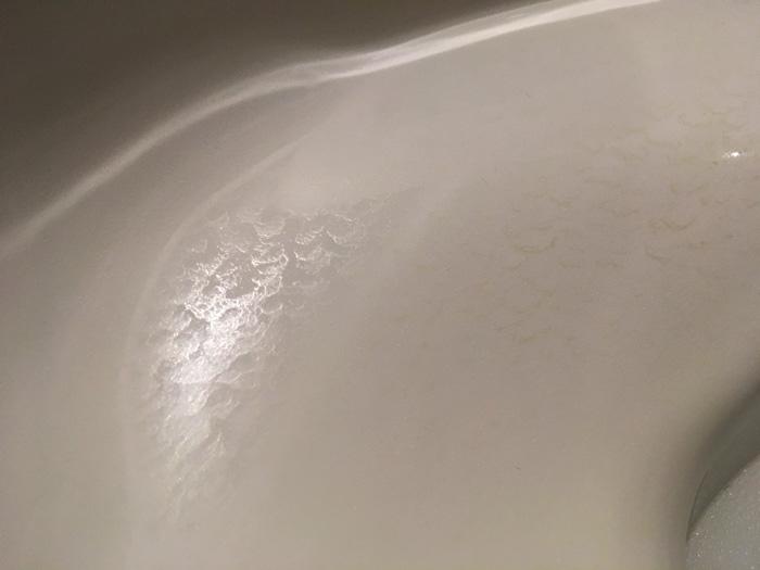 リクシルトイレ アクアセラミックにこびりつくウロコ状の水垢