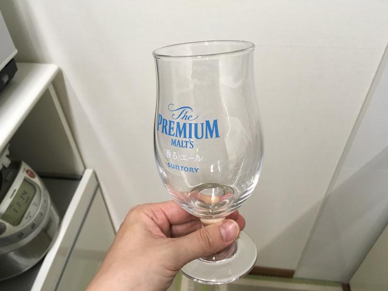 地震により食器棚から落下したけど割れななかったビールグラス