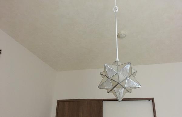 寝室の天井に貼った蓄光クロスの日中の見た目